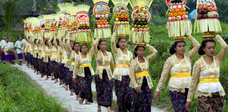 Parade of Balinese women with fruit on their head