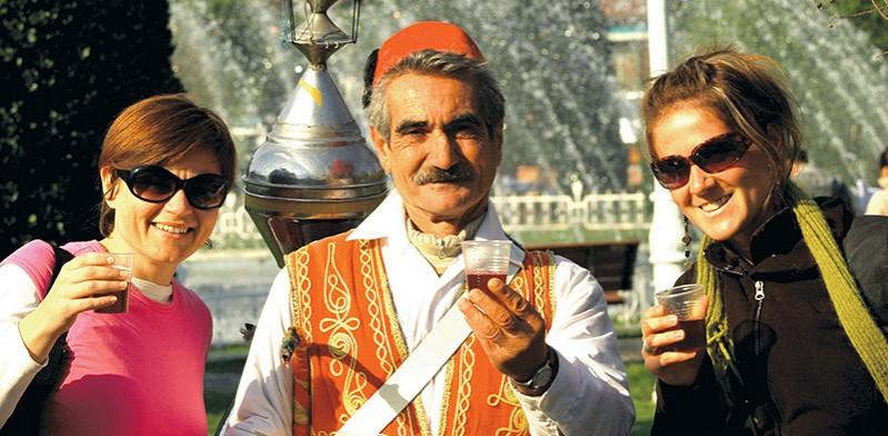 JAN2014_turkey_istanbul_tea_seller-Cameron-Gaze-blog
