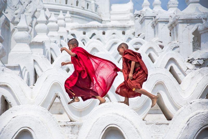 Mynamar_monks-on-temple_Scott-Laird-