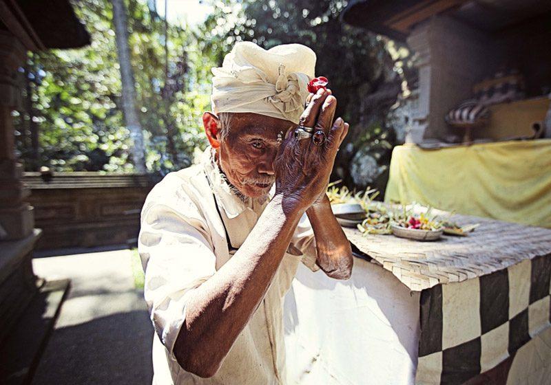 indonesia_bali_ubud_man-praying_Stephen-Parry