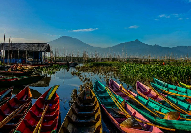 indonesia_lake-rawa-pening_colourful-boats_Brent-Clues