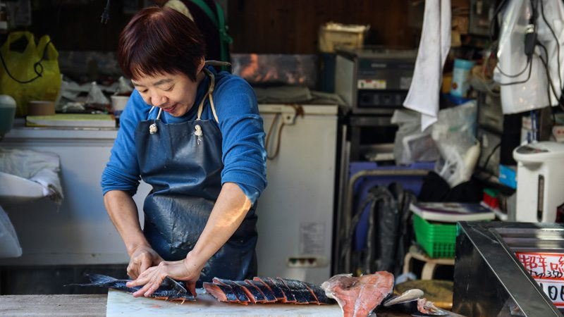 Slicing tuna by hand. Image Sebastian Herrmann, Flickr