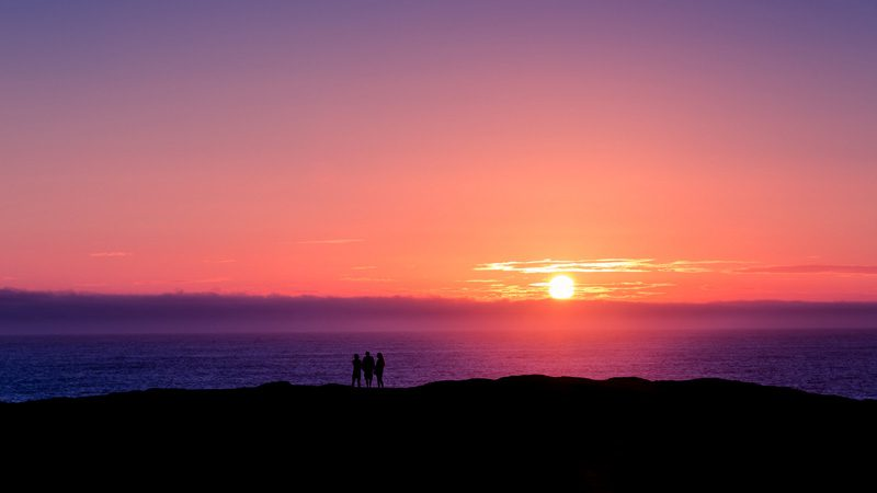 Sunsets look better with friends. Image Jarred Decker, Flickr