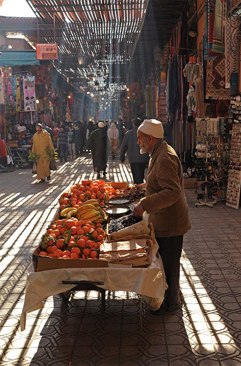 blogo-1080_0000_morocco_marrakech_fruit-seller-under-sun-beams