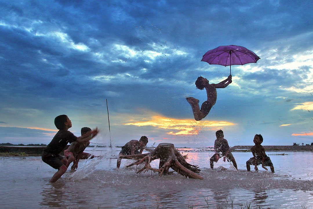 blogo-1080_0001_india_cooch behar_boys-jumping-with-umbrella