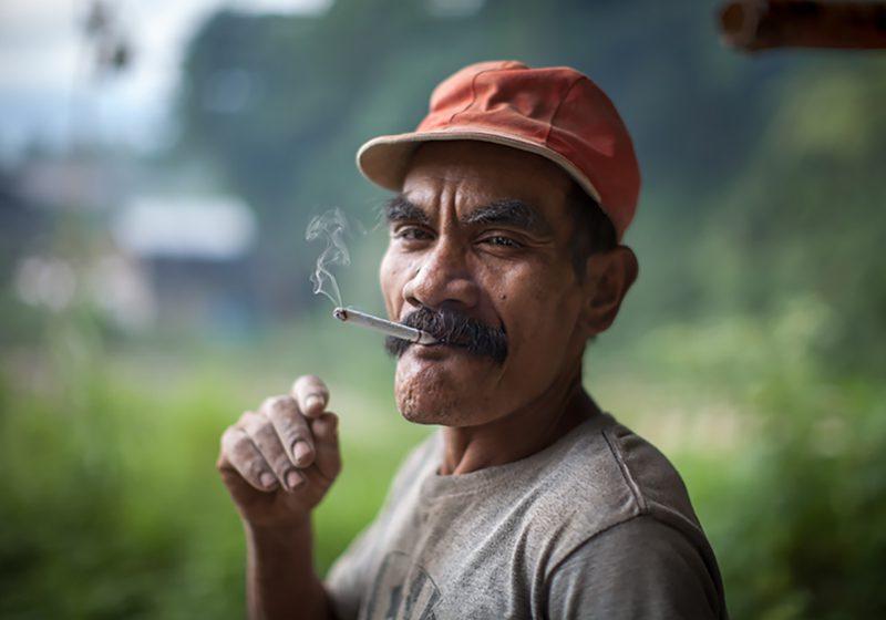 Indonesia_sumatra_smoking_man_Tri_Ampera_Setyo