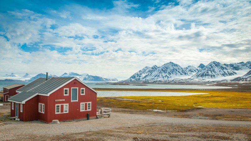 norway-svalbard-alesund-red-house-mountains