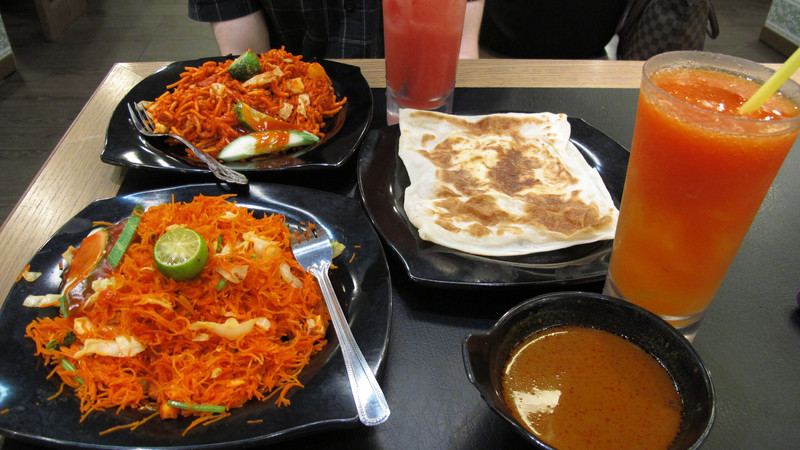 Bread, curry and fresh juice at the hawker markets in Singapore