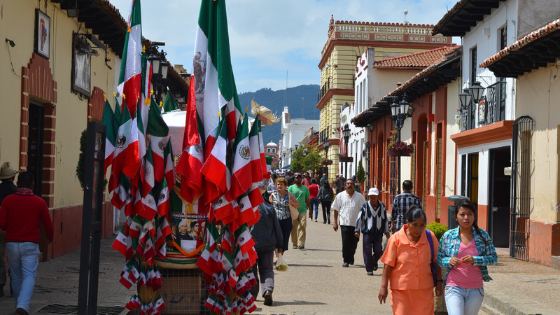 Meksiko - Page 7 Intrepid-Travel-mexico_mexico-city_street-and-flags