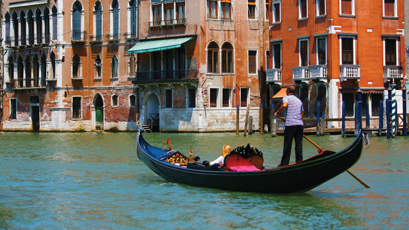 italy family vacation gondola