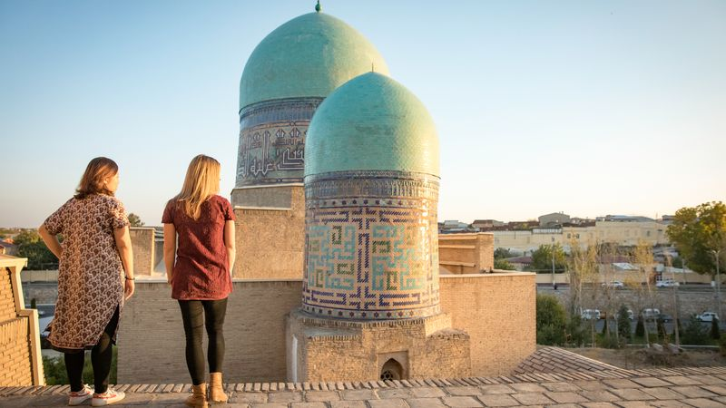 travellers look at Turquoie domes in Samarkand