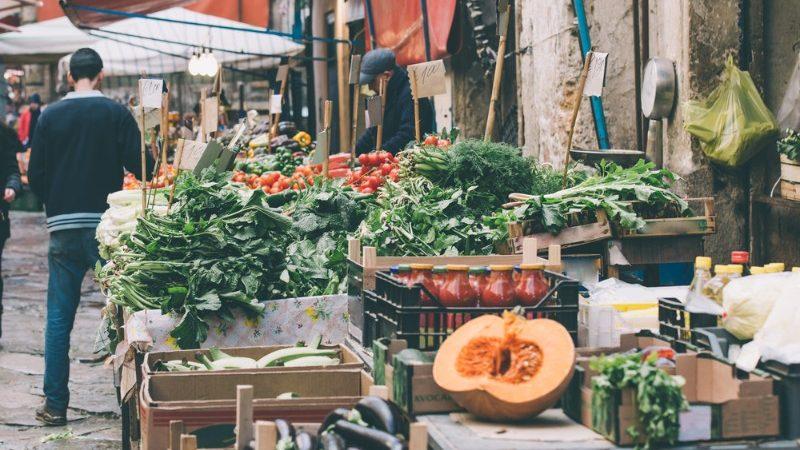 خضروات طازجة في أحد أسواق باليرمو بإيطاليا