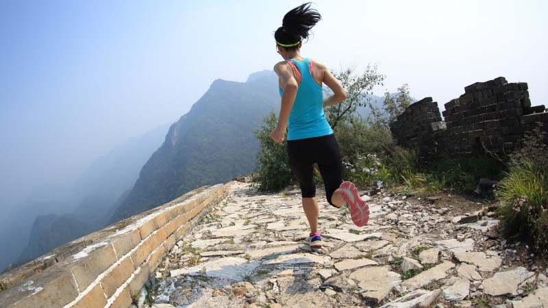 Traveller runs along the Great Wall in China