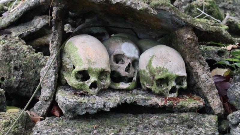 Una tumba hecha de calaveras