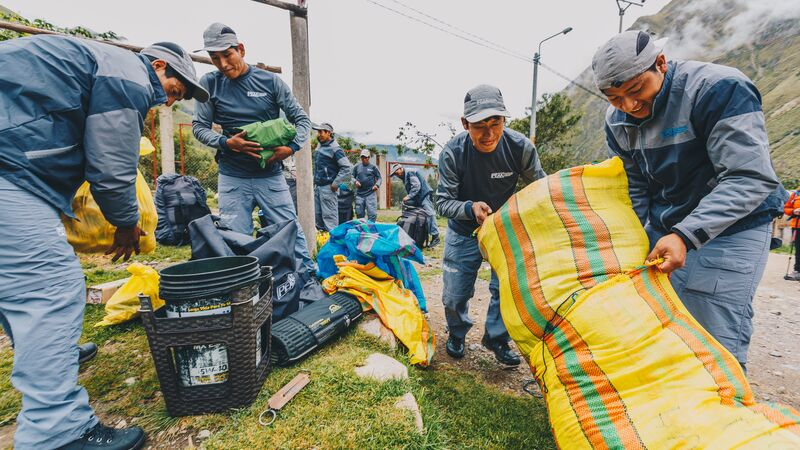 Porters filling bags with food