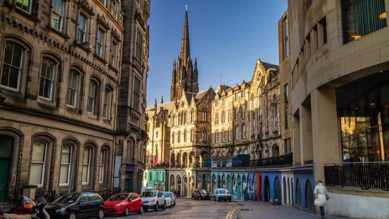 Street view of the historic Royal Mile in Edinburgh