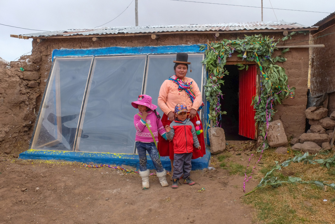 Local lady and children in Puno