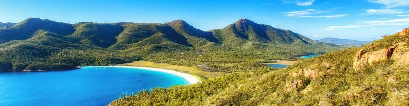 Clear views of Wineglass Bay on a sunny day, Freycinet NP, AU