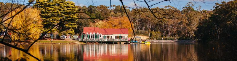 Quaint cottage sitting on a lake in Daylesford, Victoria