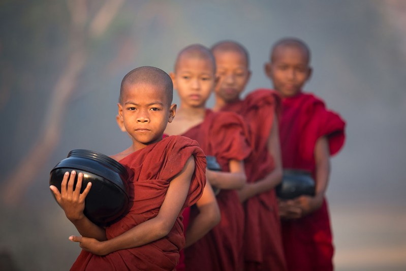 blogo-1080_0000_burma_bagan__child-monks-morning-alms