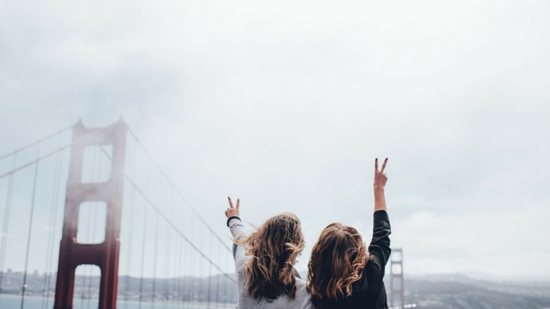 Two friends at the Golden Gate Bridge